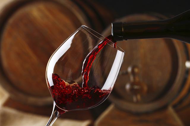 O vinho é extraído da fermentação de uvas escuras e verdes