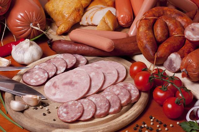 As carnes processadas podem causar o câncer pois possuem em sua composição N-nitrosos e hidrocarbonetos aromáticos policíclicos