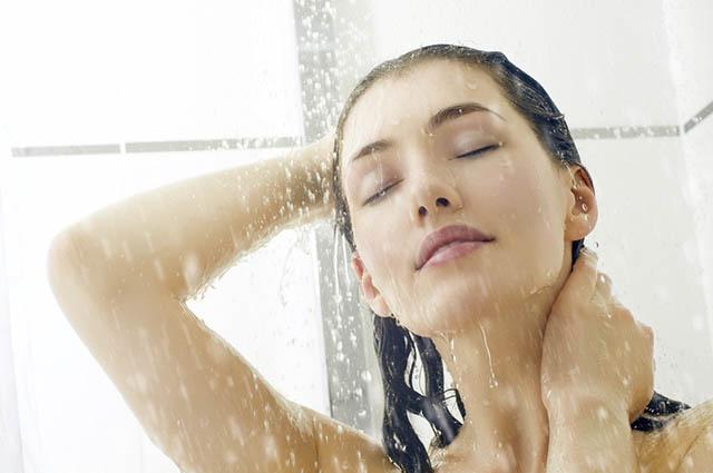 As pesquisas revelam que as mulheres tomam mais banho que os homens