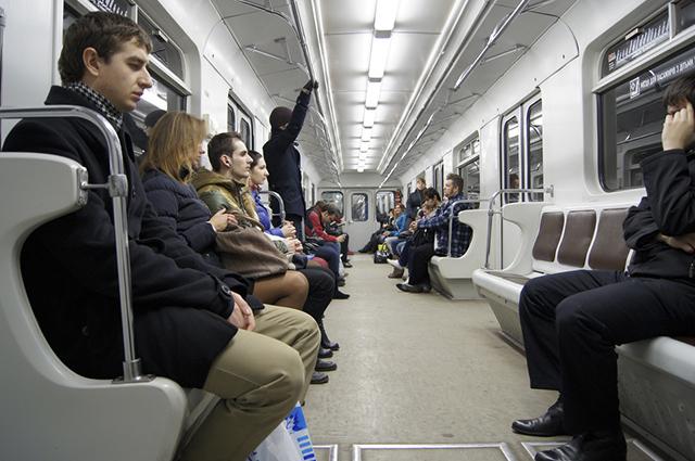 Assim como nos ônibus, existem nos metrôs assentos especiais para idosos e deficientes