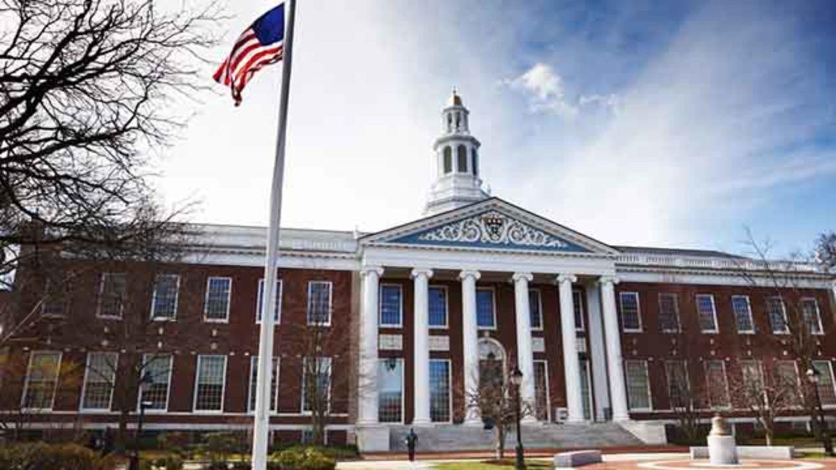 Universidade de Harvard: onde fica, preço, como entrar e cursos ...