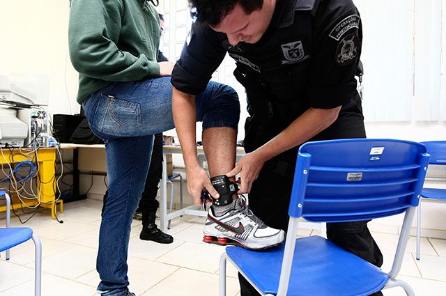 Prisão domiciliar funciona com o auxílio de tornozeleira eletrônica