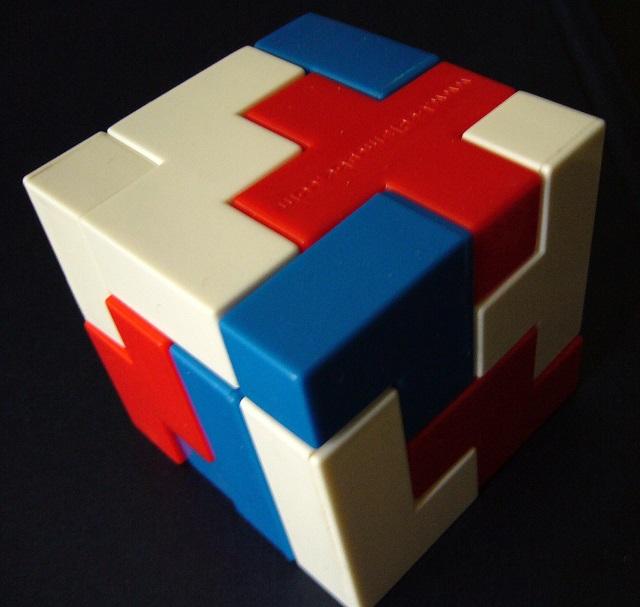O cubo bedlam é um dos tipos de quebra-cabeça que agrega muitos benefícios para a mente
