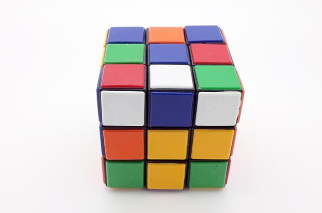 O cubo mágico é um dos tipos de quebra-cabeça que agrega muitos benefícios para a mente