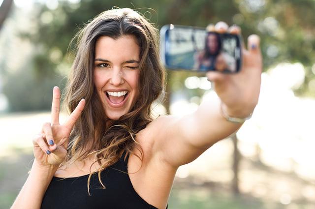 A selfie é uma adaptação para a palavra self, que indica uma coisa feita por você mesmo