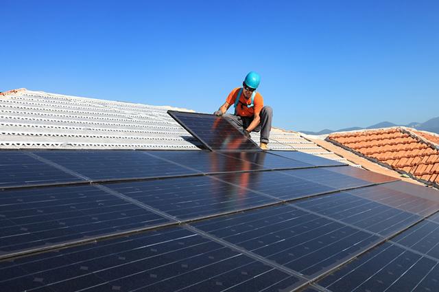 A energia solar funciona como um captador de energia solar que a transforma em energia elétrica