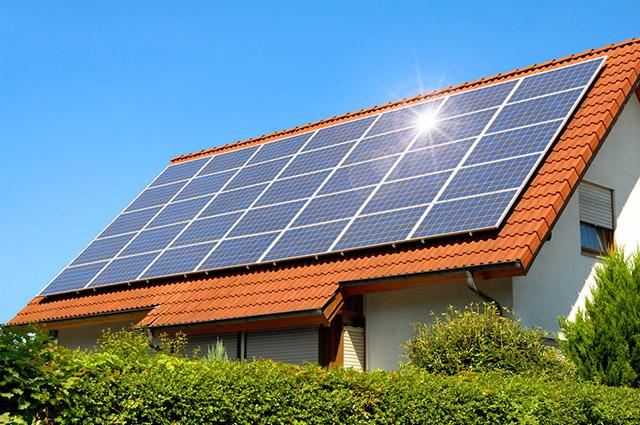 A energia solar possui vantagens e desvantagens, como sua captação e custo respectivamente