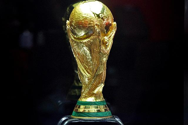 A taça da Copa do Mundo de Futebol representa duas pessoas segurando o mundo