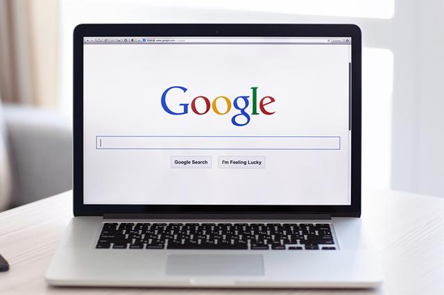 Notebook aberto com página do Google aberta