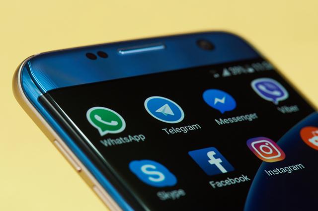 Para instalar o Whatsapp no celular é preciso ter um smartphone com acesso a internet