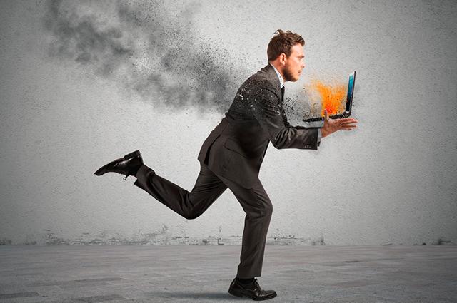 Homem correndo com computador pegando fogo