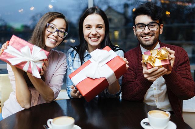 Trio de amigos trocando presentes