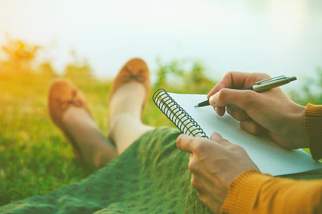 Mulher sentada escrevendo