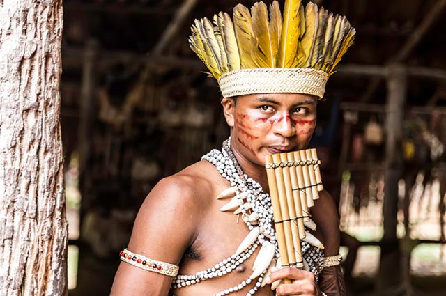 Índio com instrumento de sopro