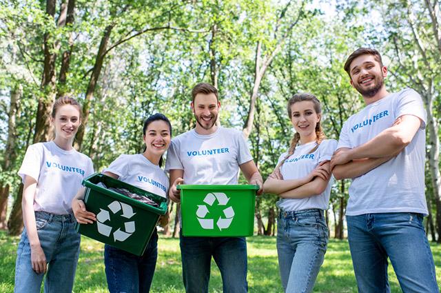 Jovens fazendo coleta voluntária