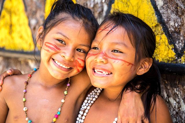 Duas crianças índias sorrindo
