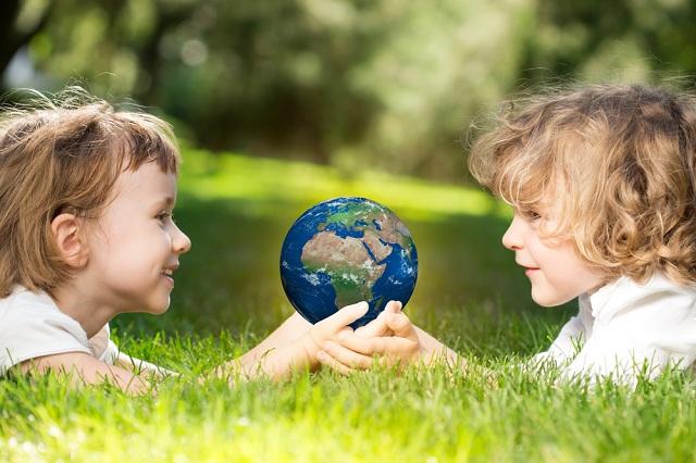 Duas crianças segurando o planeta Terra