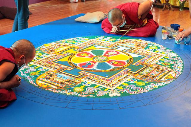 Monges fazendo mandala de areia