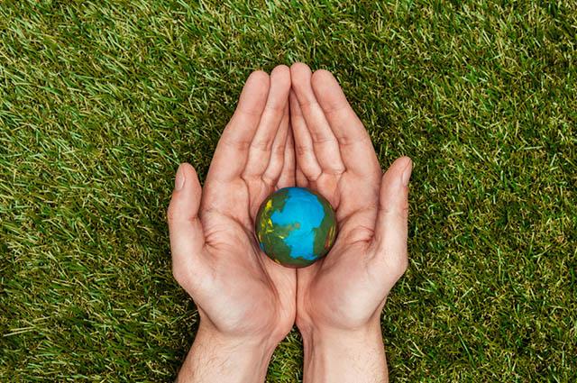 Mãos segurando o planeta Terra