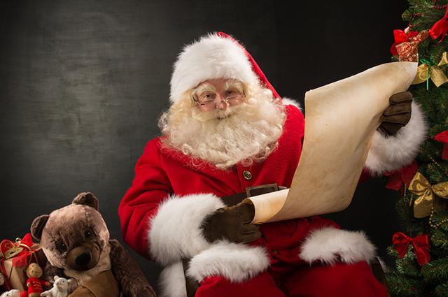 Papai noel lendo carta