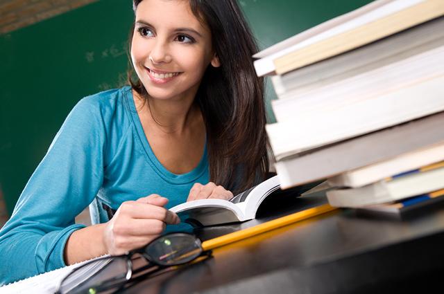 Estudante escrevendo redação