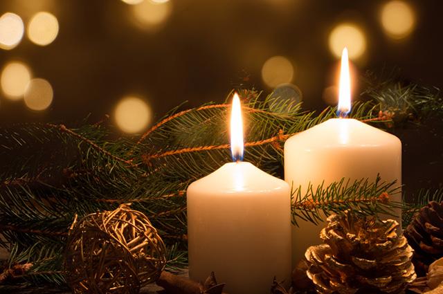 Velas de Natal acesas