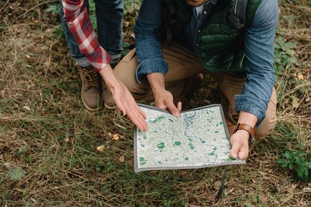 Duas pessoas usando mapa