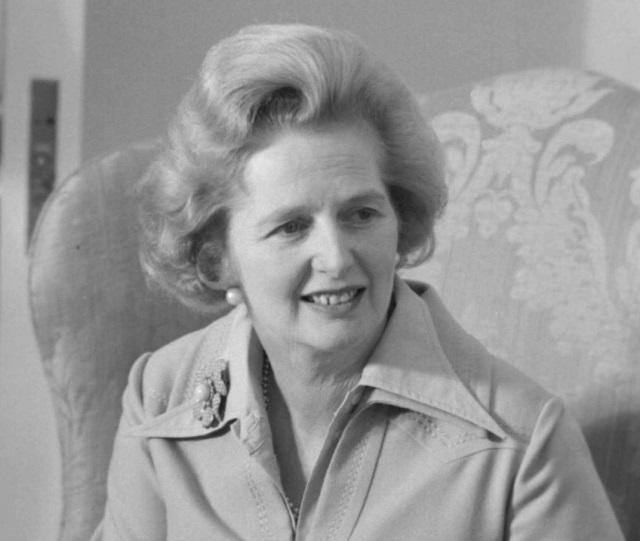 Foto em preto e braco de Margaret Thatcher sorrindo