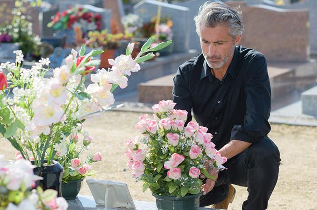 Homem triste em cemitério