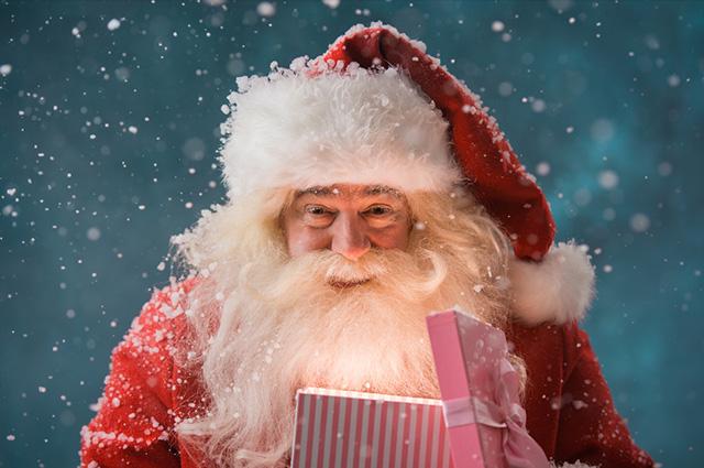 Papai Noel com um presente na mão