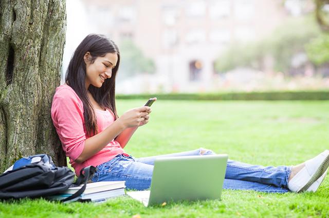 Mulher estudando pelo celular