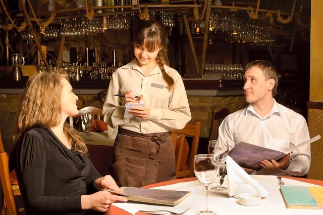 Casal fazendo pedido em restaurante
