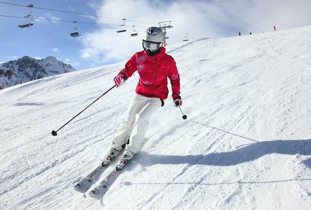 Pessoa esquiando na neve
