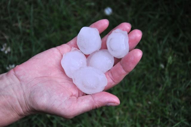 Pedras de gelo na mão