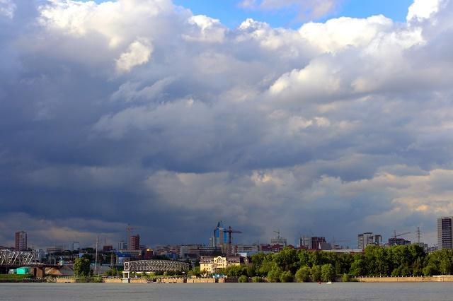 Nuvens escuras sobre a cidade