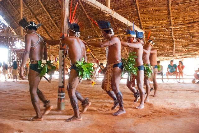 Tribo indígena dançando