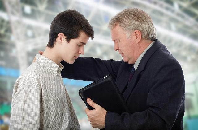 Pastor orando um rapaz