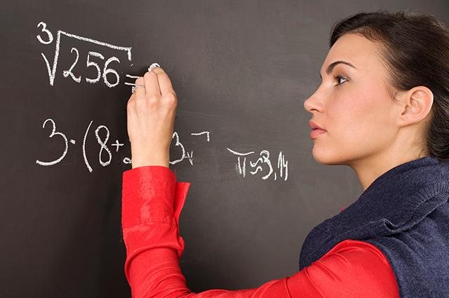 Mulher escrevendo no quadro negro