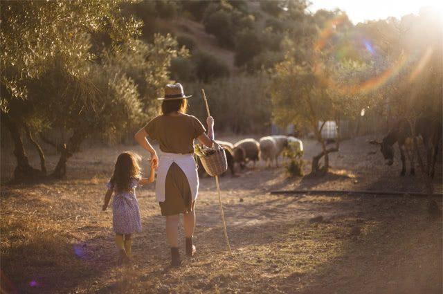 Mulher com filha cuidado de ovelhas