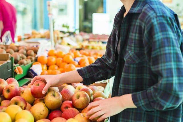 Pessoa comprando frutas no mercado